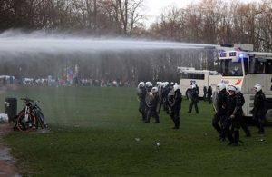 Brüksel'de 1 Nisan şakası 'gerçek' oldu: Polis tazyikli su ve gazla müdahale etti