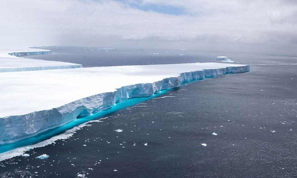 Dünyanın en büyük buz dağı parçalara bölündü