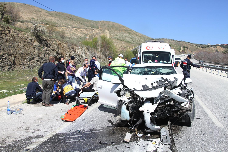Otomobil TIR'a arkadan çarptı; 1 ölü, 2'si ağır 4 yaralı