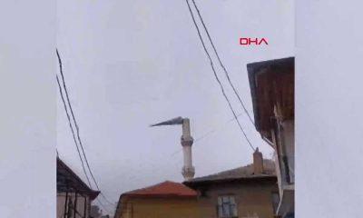 Şiddetli fırtına cami minaresinin külahını uçurdu