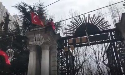 İşsiz yurttaş Galatasaray Lisesi'nin kapısına çıktı: Ben bu ülkeye fazla mıyım?