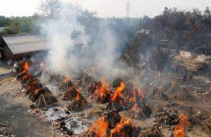 Hindistan'da salgın kontrolden çıktı: Ölüler otoparklarda yakılıyor