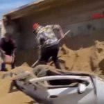 Kum yüklü TIR otomobilin üstüne devrildi