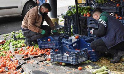 Pazarcılar, manavın mallarına zarar vererek saldırdı