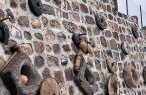 Topladığı eski taşlarla evini müzeye çevirdi