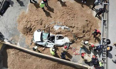 Kum yüklü kamyon otomobilin üstüne devrildi: 1 ölü