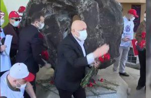 Sendikalar 1 Mayıs 1977'de ölenleri anmak için Kazancı Yokuşu'na karanfil bıraktı