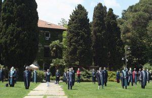 Boğaziçi Üniversitesi öğretim üyeleri, tam kapanmanın ardından tekrar rektörlük önünde