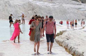 'Beyaz cennet' Pamukkale'nin tadını turistler çıkarıyor