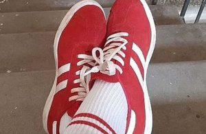 Belarus'ta kırmızı beyaz ayakkabı ve çorap giyen kadına para cezası