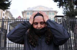 Duygu Çelikten'in annesi mahkeme heyetinin önünde diz çöktü: Adaletinize sığınıyorum