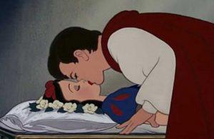 Şimdi de masallar tartışma konusu oldu: Prensin, Pamuk Prensesi uyurken öptüğü sahne için 'cinsel saldırı' eleştirisi