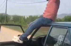 Trafik terörü bitmiyor! Sürücü, seyir halindeki aracın tavanına çıktı