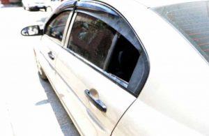 Otomobilde mahsur kalan minik Abdülkadir, kelebek camı kırılarak kurtarıldı