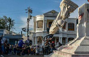 Kristof Kolomb'un heykelini devirdiler
