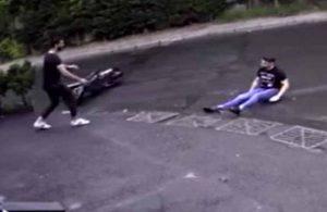 Motosikletten düşen sürücü oturur halde kayarak ilerledi