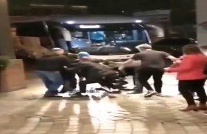 Taraftarlar Neymar'ın üzerine atlayıp, ayakkabısını çaldı