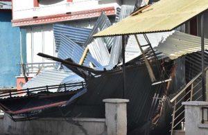Sivas'ta fırtına: Çatının sac kaplaması uçtu