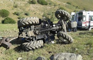 Traktör devrildi, dört kişi yaralandı!