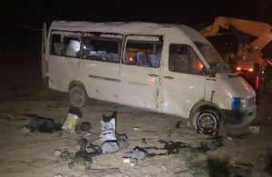 Tarım işçilerini taşıyan minibüs yuvarlandı: 1 ölü, 14 yaralı
