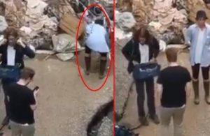 Muhabir, çalışmalara yardım etmiş gibi görünmek için kendini çamura buladı