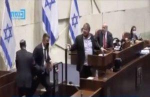 İsrail Parlamentosu'nda 'terörist' diyen milletvekili yaka paça kovuldu