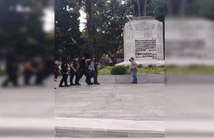 Atatürk heykeline çekiçle saldırı