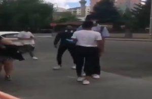 Homofobik saldırıda bulunan genç dövüldü