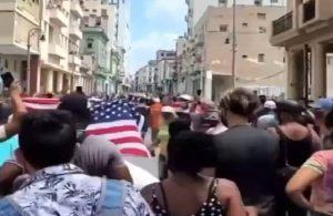 Küba'da ABD bayraklı protesto: Devrimi teslim etmeyeceğiz