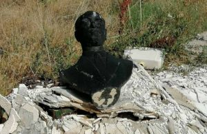 Saygısızlık! Atatürk büstünü yakıp çöpe attılar