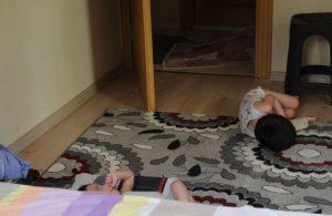 Evde açlıktan baygın halde bulunan 4 çocuk kurtarılırken baba polislere direndi