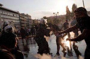 Zorunlu aşı uygulamasını protesto eden grupla polis arasında çatışma çıktı