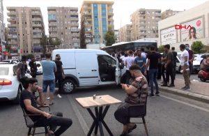 """Şanlıurfa'da """"elektrik kesintisi"""" protestosu: Araç ve masa sandalye çekip yolu kapattılar"""