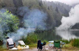 Karagöl Milli Parkı'nda piknikçiler mangal, gelin ve damat meşale yaktı