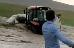 Sel suları içinde kalan akrabasını, traktörle kurtardı