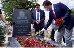 İmamoğlu Neşet Ertaş'ın mezarını ziyaret etti