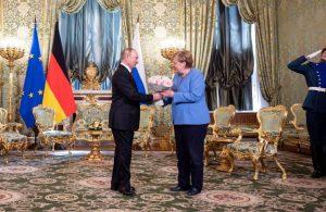 Putin'den Merkel'e çiçek