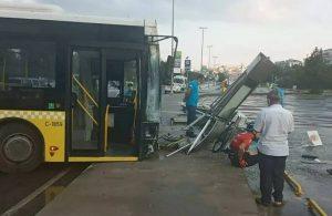 İETT otobüsü durağa çarptı! Yaralılar var