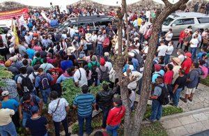 Devlet başkanının önünü protestocular kesti