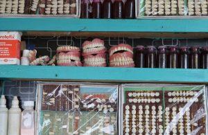 Pakistan'da halk, yola tezgah açan 'sokak dişçilerine' gitmeye mecbur