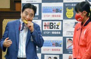Belediye başkanının ısırdığı olimpiyat madalyası yenilenecek