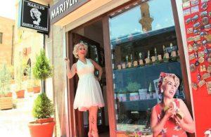 Erdoğan için kapı kapı dolaşan yerli Marilyn Monroe dilenci küçük kızı yere fırlattı