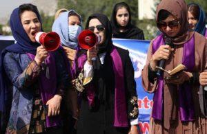 Kadınlar Taliban'ı protesto için Kabil'de sokağa çıktı