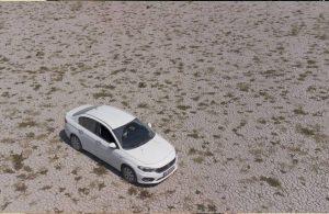 Kuruyan gölün ortasında araçla gezilebiliyor!