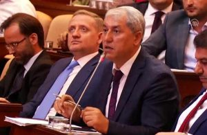 İBB Meclisi'nde AKP'li üye oyun çıkartmasını reklam zannetti