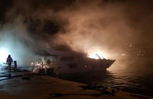 Bebek Sahili'nde dün yanan tekne gece çıkan ikinci yangında battı