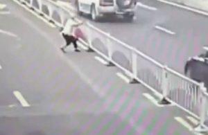 Çin'de bir kadın bariyerleri devirerek karşıya geçti