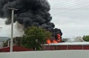 Kocaeli'de raf fabrikasında yangın